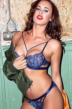 Glamour Lara Rose in erotic photoshoot