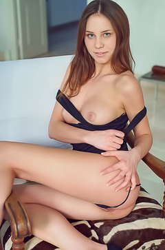 Barbara Vie shows naked body