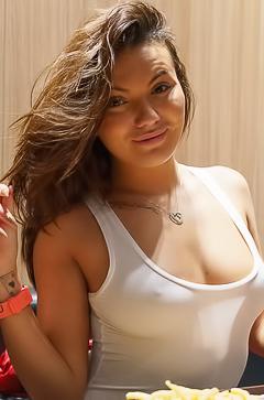 Vanessa Janska shows her body in public