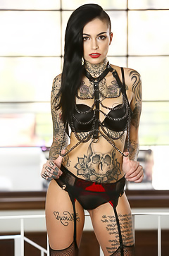 Glamour brunette Cindy with tattoos