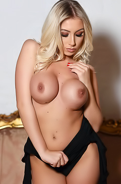 Stacey Robyn is posing topless
