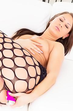 Olivia Netta is dildoing her ass