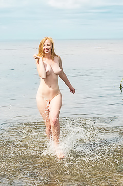 Gorgeous Helene - naked in the lake