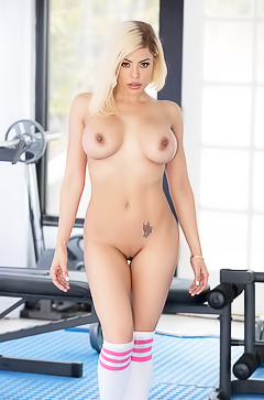 Trainer Luna Star is masturbating in the gym