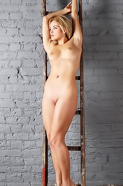 Tinna - skinny perfect blonde