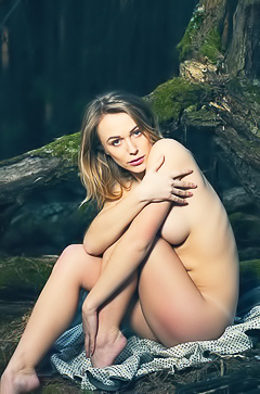 Aislin - naked in the wood