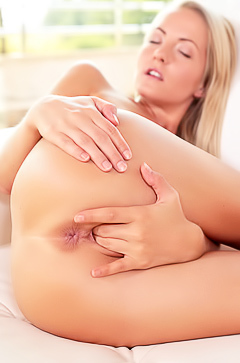 Horny blond Sicilia fingering pussy