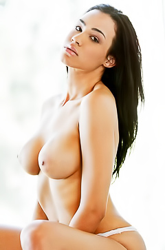 Gorgeous Andrea Leilani is showing her curves